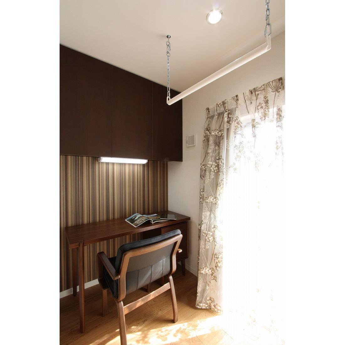 クラシックなバランスの取れた住空間の部屋 書斎スペース