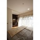 クラシックなバランスの取れた住空間の写真 寝室空間