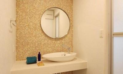 シンプル素朴な洗面所|アイランドキッチンのある家
