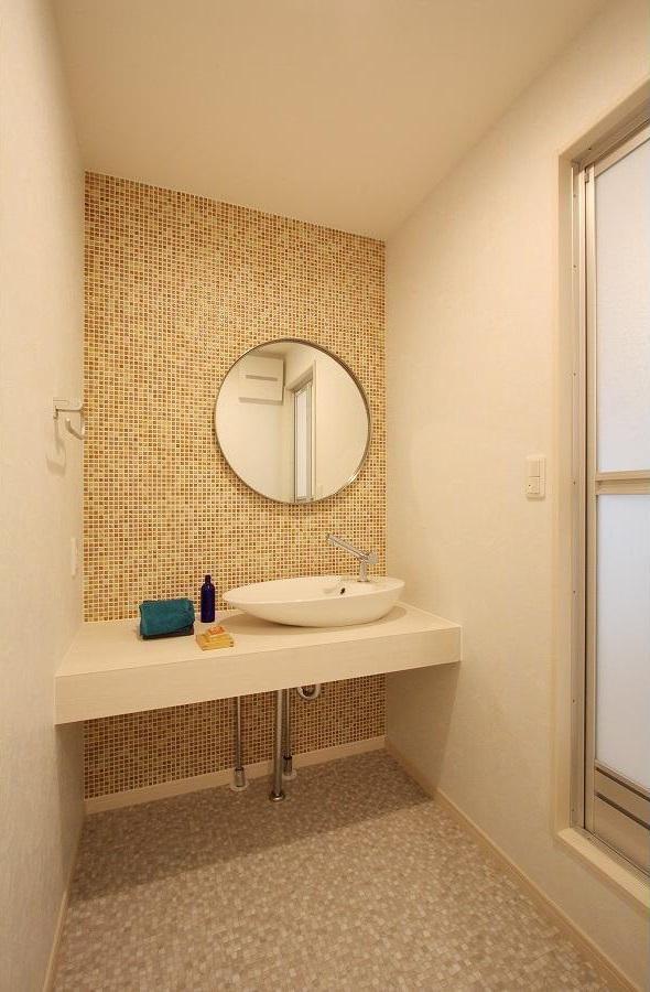 アイランドキッチンのある家の写真 シンプル素朴な洗面所