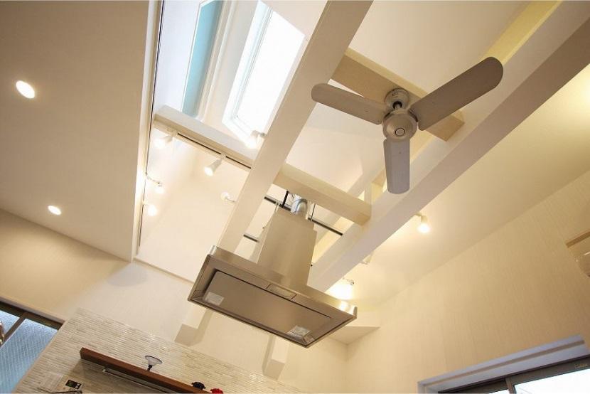 アイランドキッチンのある家の写真 天井