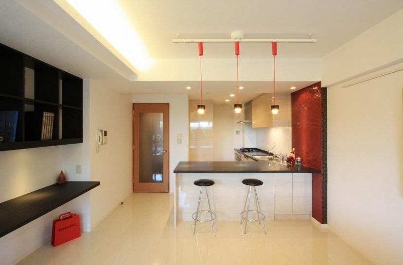 キッチン事例:リビングからみたキッチン(キッチンカウンターダイニング)(赤×白のモダンなお家)