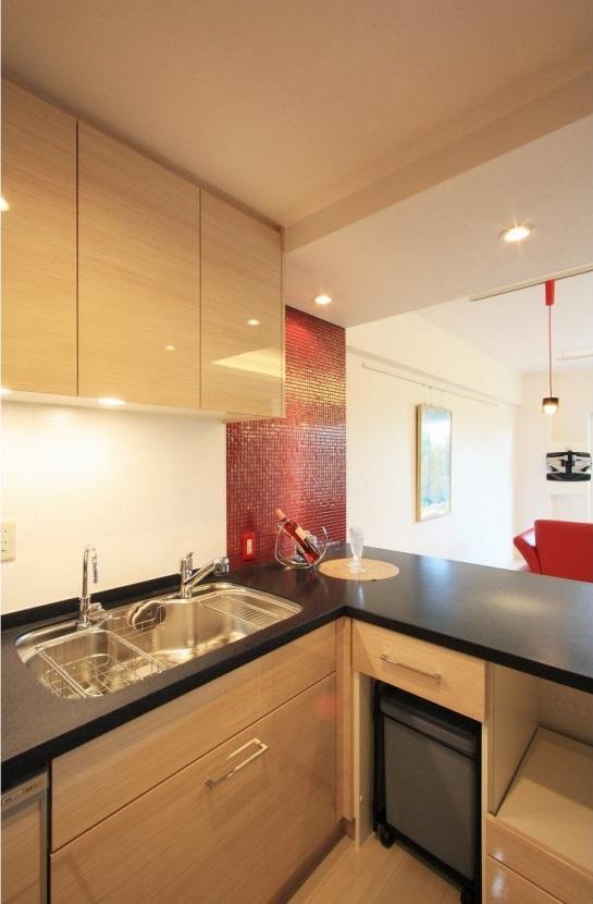 赤×白のモダンなお家の部屋 キッチン 内部2