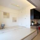 赤×白のモダンなお家の写真 大容量の収納を誇る和室
