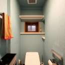 赤×白のモダンなお家の写真 カラー壁紙の映えるトイレ