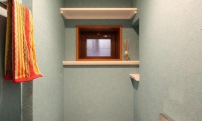 赤×白のモダンなお家 (カラー壁紙の映えるトイレ)