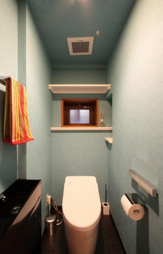 赤×白のモダンなお家の部屋 カラー壁紙の映えるトイレ