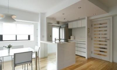 白を基調としたシンプルクールな家 (清潔感のあるキッチン)