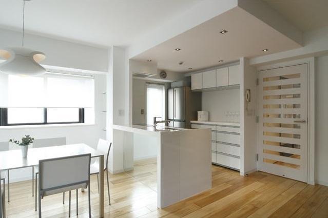 白を基調としたシンプルクールな家の写真 清潔感のあるキッチン