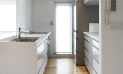 白を基調としたシンプルクールな家 (キッチン内部)