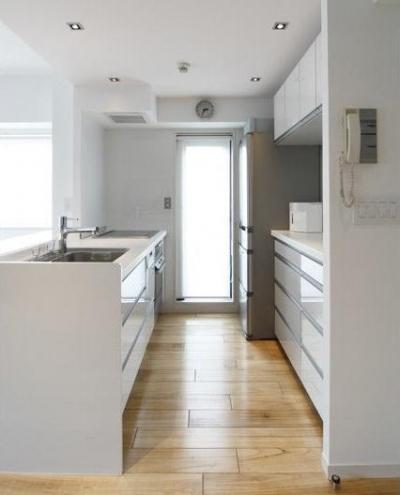 キッチン内部 (白を基調としたシンプルクールな家)