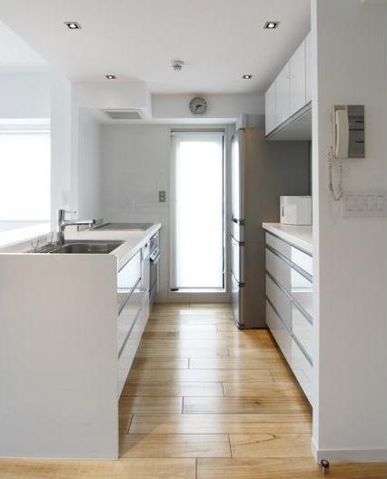 白を基調としたシンプルクールな家の写真 キッチン内部