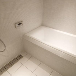 白を基調としたシンプルクールな家 (シンプルバスルーム)
