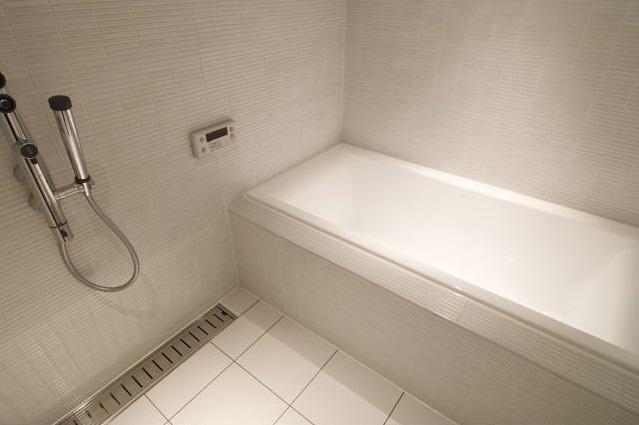 白を基調としたシンプルクールな家の写真 シンプルバスルーム
