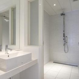白を基調としたシンプルクールな家 (洗面スペース)