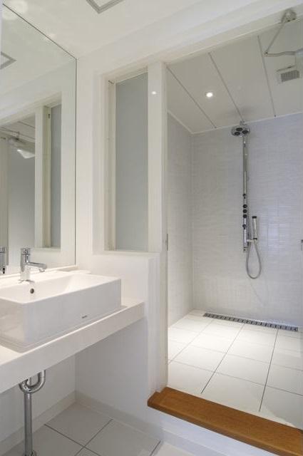白を基調としたシンプルクールな家の写真 洗面スペース