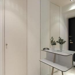 白を基調としたシンプルクールな家 (玄関)