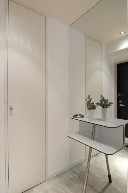 白を基調としたシンプルクールな家の写真 玄関