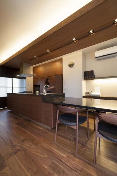 アイランド + ダイニングテーブル 一体型でキッチンが主役の家に (CUCINA キッチン 実例)
