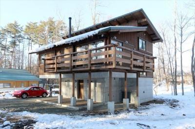 薪ストーブのある別荘 (自然素材の外観)