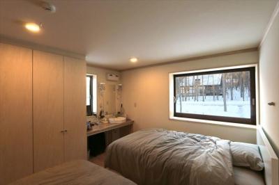 シンプルモダンな寝室 (薪ストーブのある別荘)