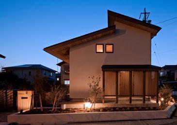 植田の家 VI (外観-東側の夕景(撮影:車田写真事務所))