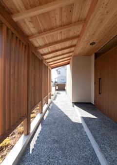 植田の家 VIの写真 玄関アプローチ(撮影:車田写真事務所)