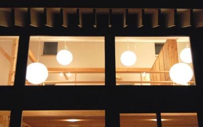 外から照明を見る (Bookshelf)