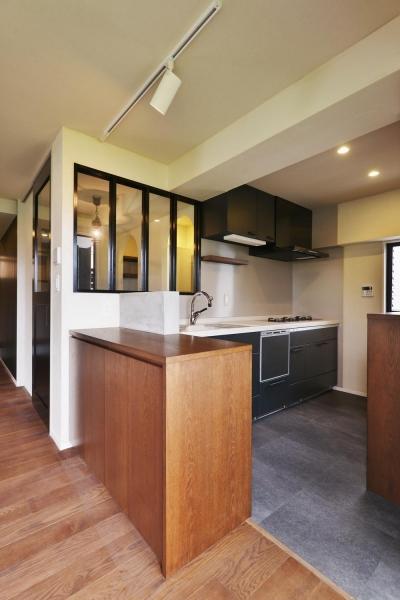 室内窓のあるキッチン (U邸・全面リフォーム!家族が快適に暮せる住まい)