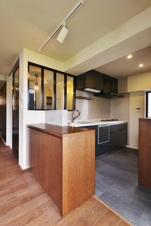 U邸・全面リフォーム!家族が快適に暮せる住まいの部屋 室内窓のあるキッチン