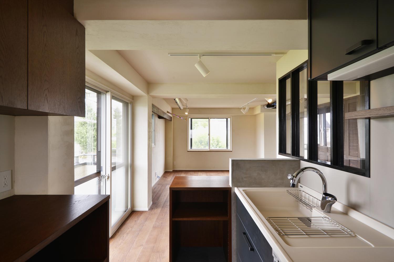 U邸・全面リフォーム!家族が快適に暮せる住まいの部屋 キッチンからリビングを見る