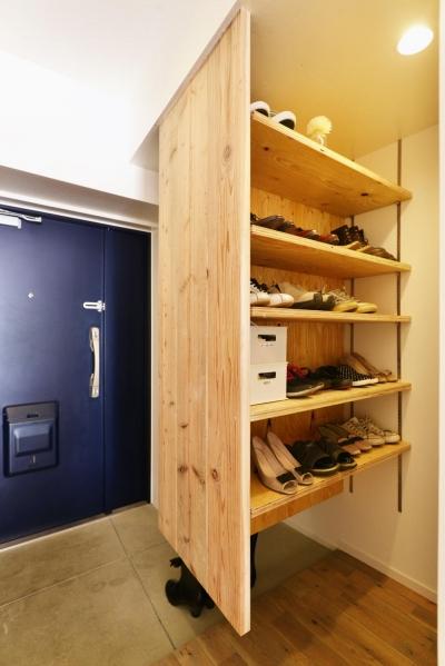 玄関1 (O邸・間取りを再構築!デッドスペースを活用した開放的な住まい)