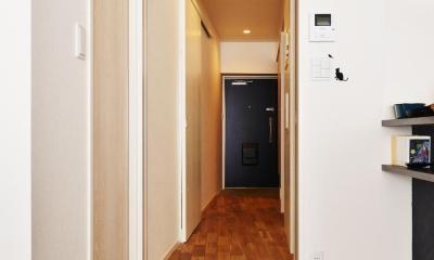 リビングから玄関を見る|O邸・間取りを再構築!デッドスペースを活用した開放的な住まい
