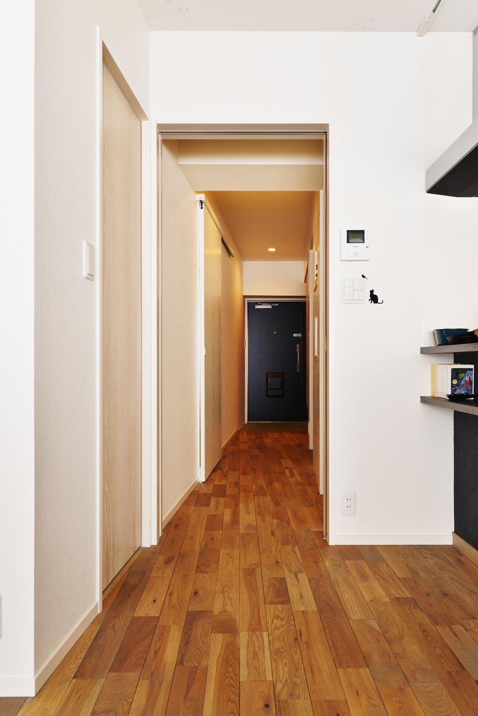 O邸・間取りを再構築!デッドスペースを活用した開放的な住まい (リビングから玄関を見る)