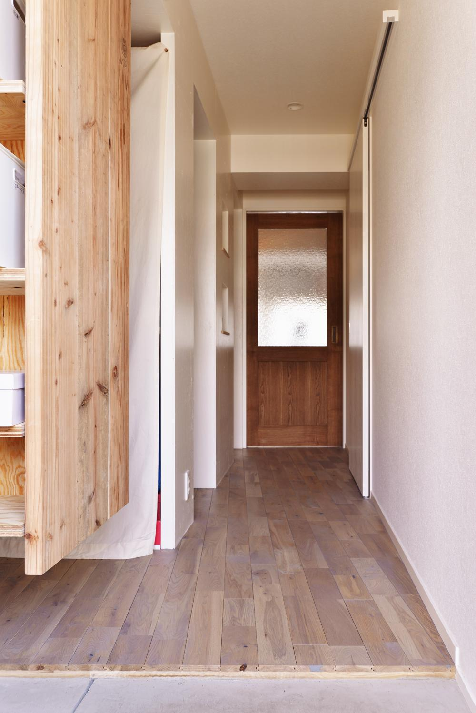 O邸・間取りを再構築!デッドスペースを活用した開放的な住まい (リビングのドア)