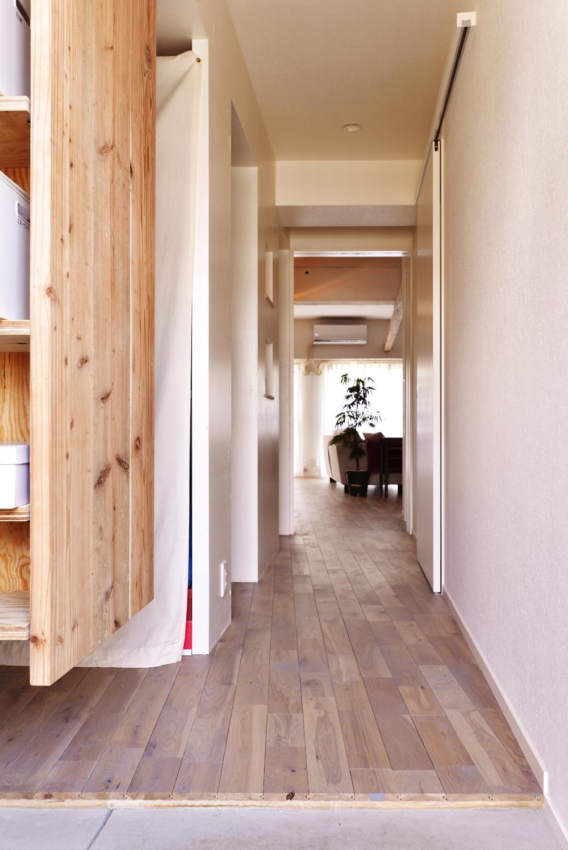 O邸・間取りを再構築!デッドスペースを活用した開放的な住まい (玄関からリビングを見る)