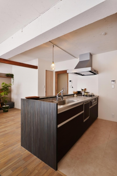 キッチン (O邸・間取りを再構築!デッドスペースを活用した開放的な住まい)