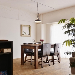O邸・間取りを再構築!デッドスペースを活用した開放的な住まい (ダイニングテーブル)