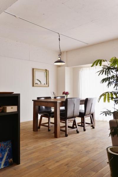 ダイニングテーブル (O邸・間取りを再構築!デッドスペースを活用した開放的な住まい)