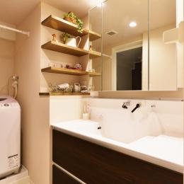 O邸・間取りを再構築!デッドスペースを活用した開放的な住まい (洗面スペース)