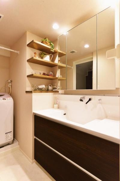 洗面スペース (O邸・間取りを再構築!デッドスペースを活用した開放的な住まい)
