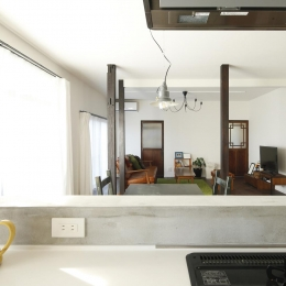 Y邸・昔懐かしい昭和時代のレトロな住まい (キッチンからリビングを見る)