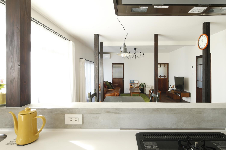 Y邸・昔懐かしい昭和時代のレトロな住まいの部屋 キッチンからリビングを見る