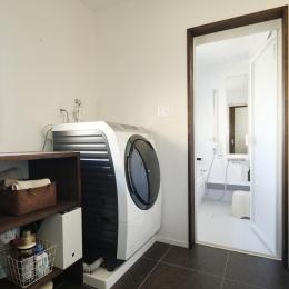 Y邸・昔懐かしい昭和時代のレトロな住まい (浴室・ランドリースペース)