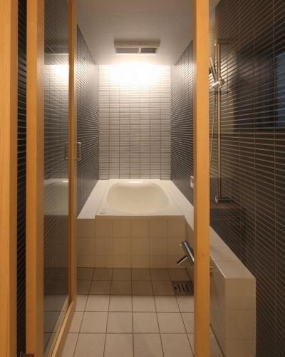 神楽坂の家 (細長い浴室)