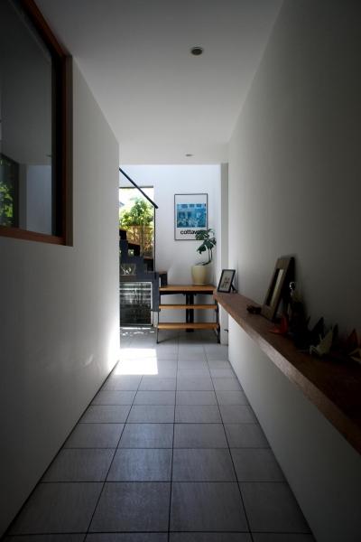 石神井台の家 (廊下から階段をみる)