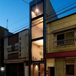 1.8M幅の家 (外観-夕景(撮影:傍島利浩))