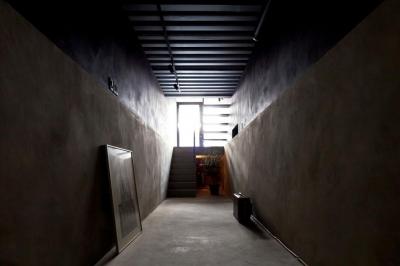 多目的な玄関土間(撮影:傍島利浩) (1.8M幅の家)