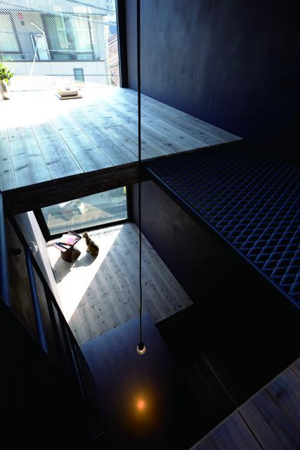 1.8M幅の家の部屋 ダイニングを上階から見下ろす(撮影:傍島利浩)