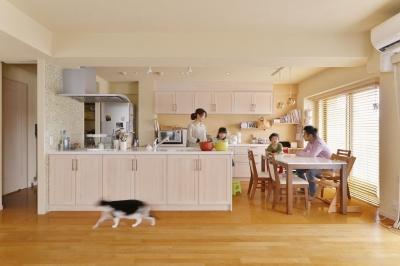 こだわりの間取り・素材・色で作る子育て住まい (家具のようなフラット対面キッチン)